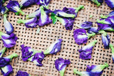 bluebellvine , blue pea, cordofan pea (Clitoria ternatea) / Butterfly pea flowers for dry on wooden background  Фото со стока