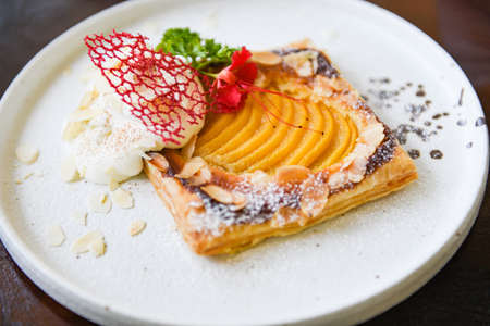 Peach Pie on white plate / Homemade dessert delicious cake with peaches and icing sugar Standard-Bild