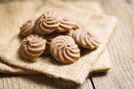 cookies chocolate on the sack and wooden background, mini cookies biscuits Standard-Bild