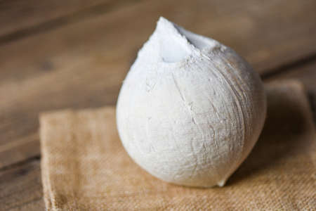 Tropical fruit coconut on wooden table, Fresh coconut for food Banque d'images