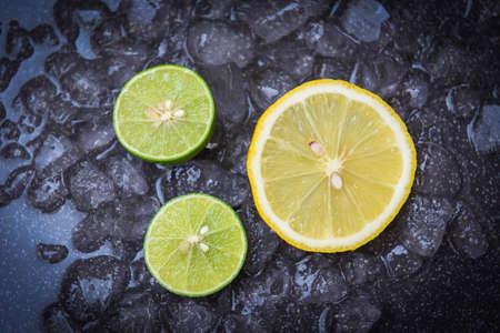 Fresh lemon on ice and dark background, lime lemon slice,top view 版權商用圖片