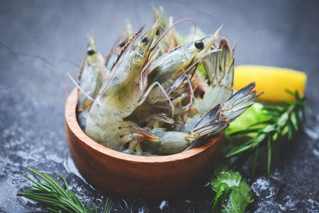 Raw shrimps prawns on ice in bowl, Fresh shrimp seafood with herbs and spice 版權商用圖片