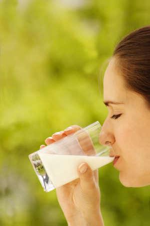 tomando leche: Chica leche
