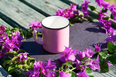 A mug and flowers Zdjęcie Seryjne