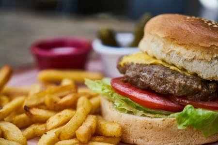 Hamburguesa con queso con papas fritas