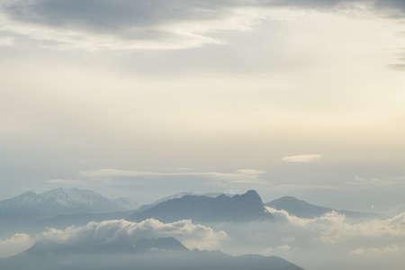 Hermosas nubes y altas montañas Foto de archivo