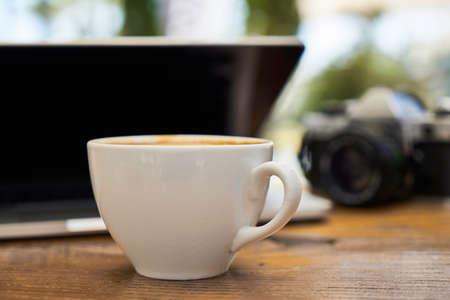 Köstlicher weicher Latte Kaffee auf dem Tisch
