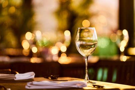 un fond de table de dîner romantique Banque d'images