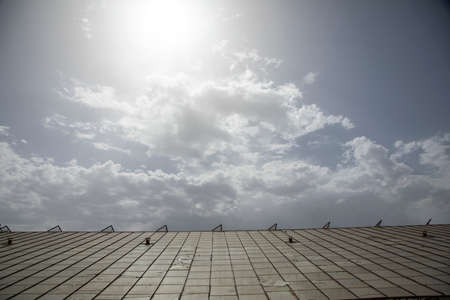 a glass roof and cloudy sky Zdjęcie Seryjne