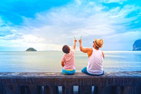 아버지와 아들 아이스크림을 먹거나 가족 아시아 해변에서 아이스크림을 들고입니다.