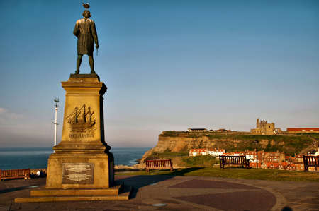 whitby: Captain James Cook Monument in Whitby Harbour Stock Photo