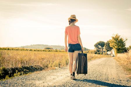 maleta: niña está caminando Durante sus vacaciones - para las personas y el concepto de estilo de vida
