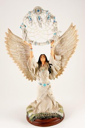 dreamcatcher: Pretty mujer americana nativa en el atrapasue�os vestido con plumas de explotaci�n por encima de la cabeza aisladas sobre fondo blanco
