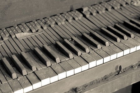 Old dirty piano with dirt everywhere. Stock Photo - 12959048