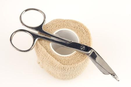 Professionele schaar en een ace bandage geïsoleerd op wit