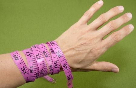 腕に巻いて測定テープ