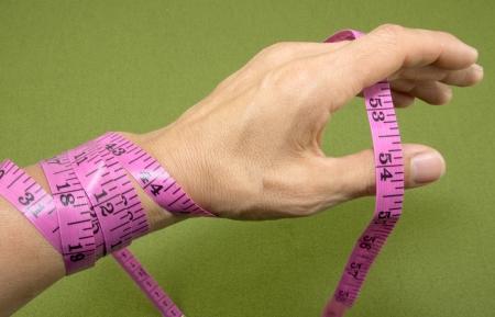 背景が緑色の手の周りの測定テープ 写真素材 - 20387206