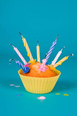 blow out: Cupcake festiva con un colpo le candeline su sfondo sfumato