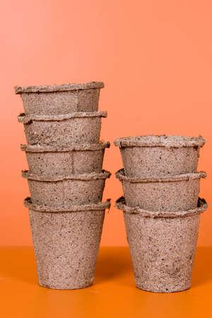 turf: Turf potten op een bruine achtergrond