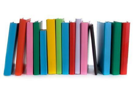 Stapel van kleurrijke boeken en e-boek op witte achtergrond