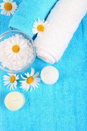 Krásný lázeňský nastavení se sedmikrásky, sůl a ručníky Reklamní fotografie - 14409356