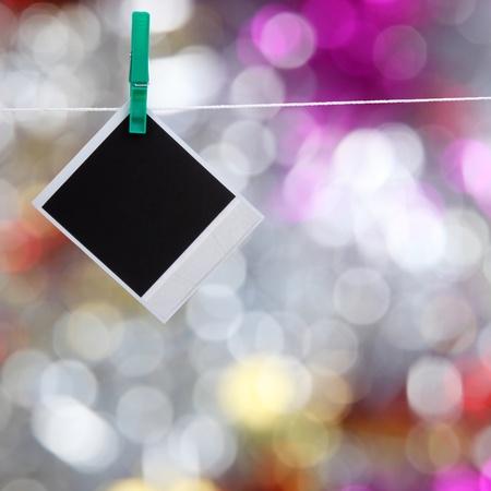 sfondo luci: Natale sfondo di brillanti luci sfocate e la foto sul clothespin