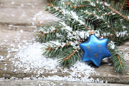 feliz: Blu decorazioni di Natale su uno sfondo di legno Archivio Fotografico