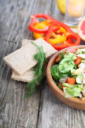 comida saludable: Alimentos sanos para la dieta en una mesa de madera. Concepto de alimentos saludables.