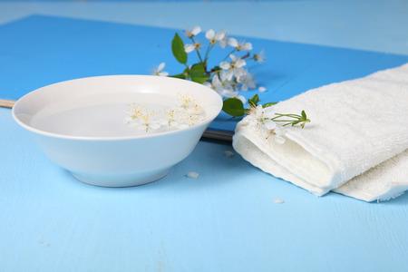 manzana agua: Spa Bodeg�n con flores de manzana, agua y una toalla