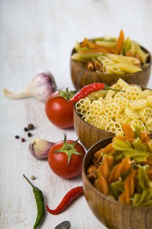 macarrones: pasta cruda y especias en cuencos de madera