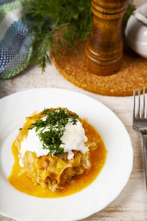 Lazy cabbage rolls on a wooden table 版權商用圖片