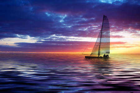 Segelboot gegen einen schönen Sonnenuntergang Standard-Bild