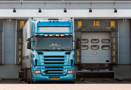 großen Lkw-Laderampe an Standard-Bild