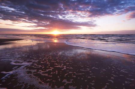 Sonnenuntergang in der Nacht am Strand  Standard-Bild