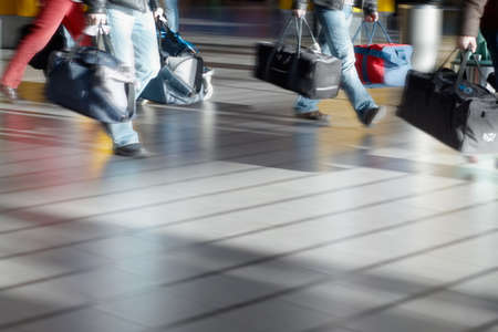 Personen mit Gepäck am Flughafen (Blurry!)
