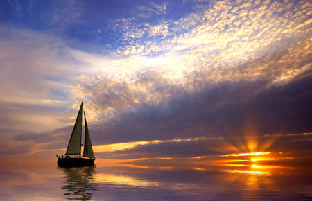 Naviguer avec un beau coucher de soleil  Banque d'images