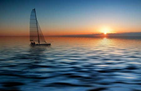 the boat on the river: Vela con una hermosa puesta de sol
