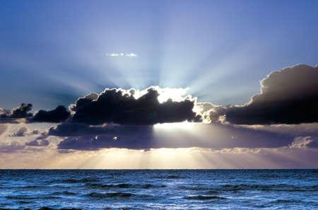 Schöner Sonnenuntergang auf dem Strand Standard-Bild