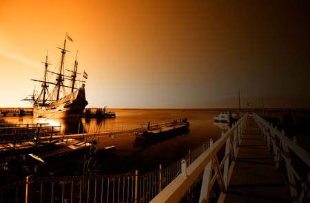 Ein altes Schiff in den frühen Morgen