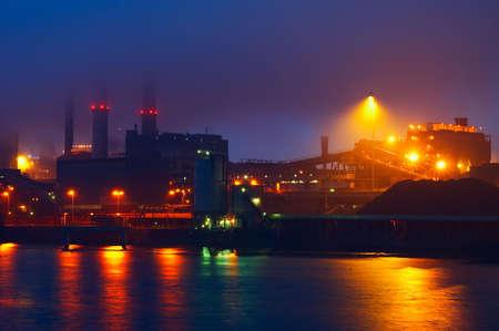 Industrie auf einem nebligen Nacht