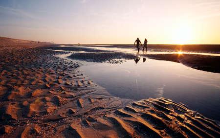 ein Paar am Strand auf einer schönen Nacht