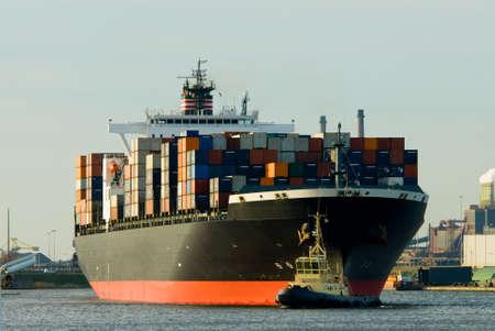 tug: grande portacontainer nel porto  Archivio Fotografico