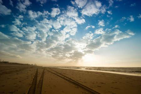 grandes v�as de neum�ticos en la playa  Foto de archivo - 2671003