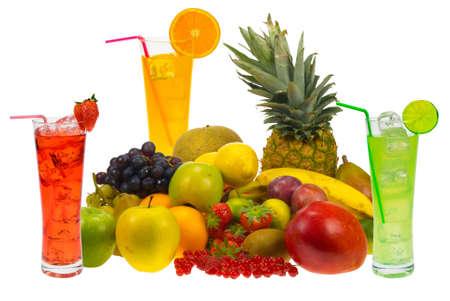 Partien von frischem Obst und Saft isoliert auf weißem