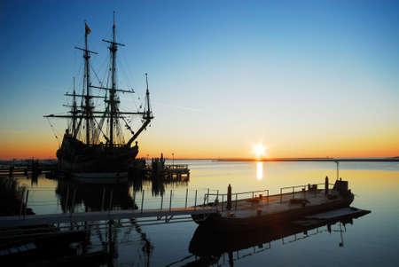 ein altes Schiff in den Hafen bei Nacht