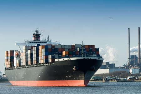 Containerschiff im Hafen  Standard-Bild - 3210592