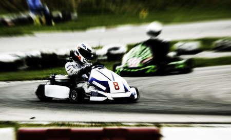 Go-Kart-Rennen auf Schaltung (verschwommen!) Standard-Bild - 3331302