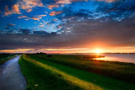 schönen Sonnenuntergang und einer Landstraße