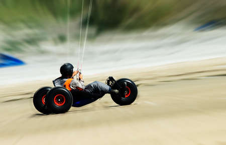 Kite Buggy abnehmenden schnell am Strand Standard-Bild - 3444326