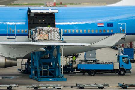 Flugzeuge Entladen Fracht in den Niederlanden  Lizenzfreie Bilder